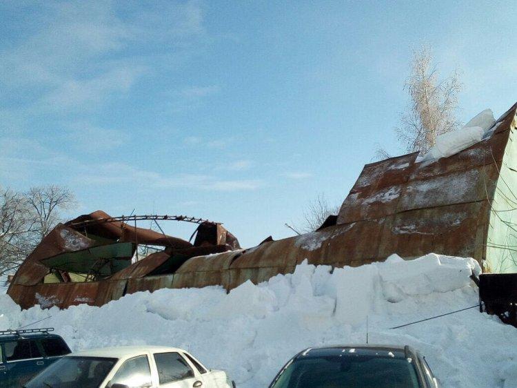 ВУфе под тяжестью снега обрушилась крыша ангара
