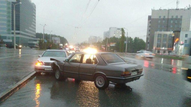 В Уфе столкнулись две иномарки: BMW-520 и Lexus GS 300, пострадала женщина
