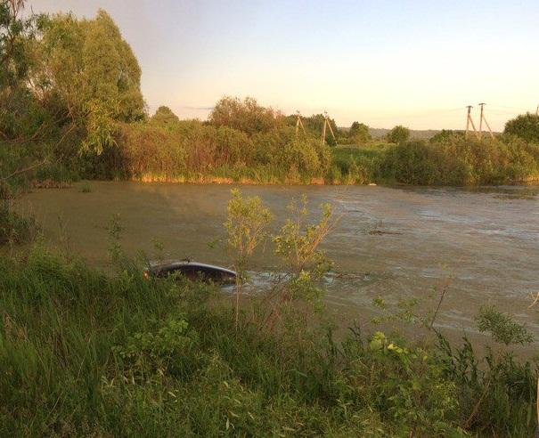 В Башкирии женщина с ребенком утопила машину в озере