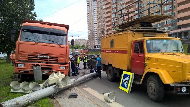 ВУфе «КамАЗ» снес светофор