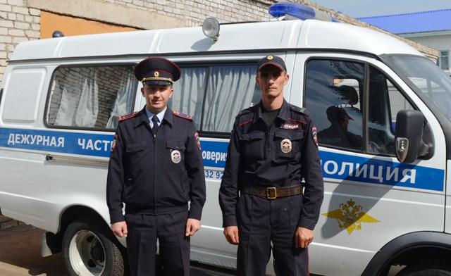 В Башкирии сотрудники полиции спасли двух человек из горящего дома