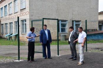 Рамзил Ишсарин проинспектировал реконструкцию спортплощадки в Бурзянском районе