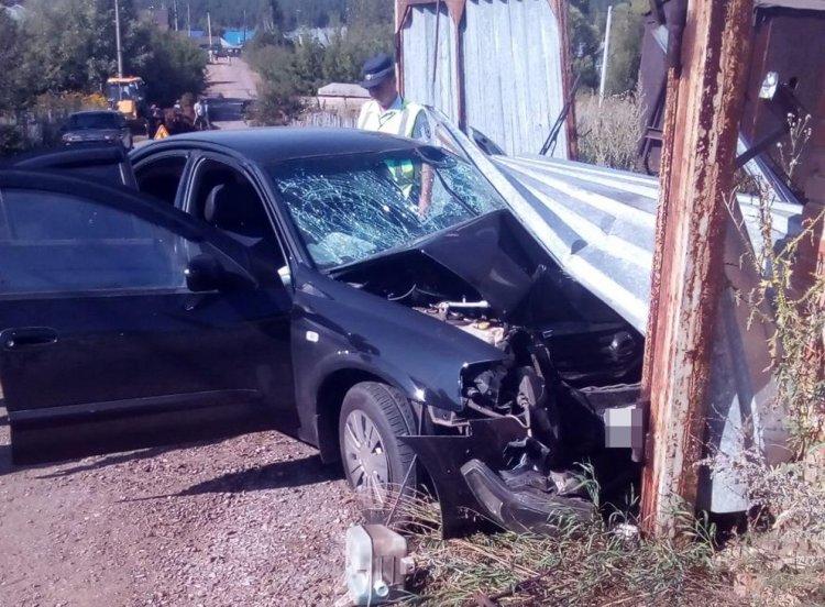 В Башкирии автомобиль въехал в столб, водитель погиб