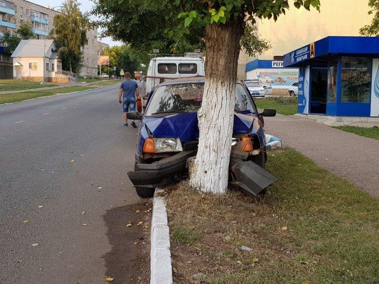 В Башкирии автомобиль врезался в дерево: пострадала 21-летняя девушка