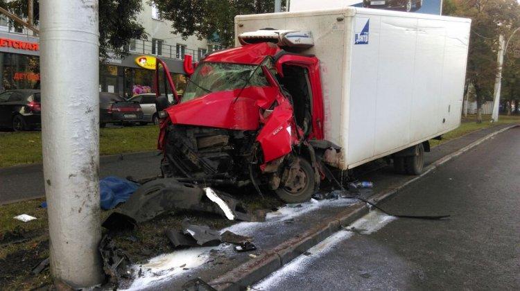 Сегодня утром в Уфе грузовик «Iveco» врезался в столб: водитель погиб
