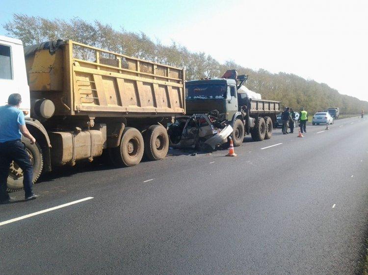 Страшное ДТП в Башкирии: легковой автомобиль оказался между двумя грузовиками