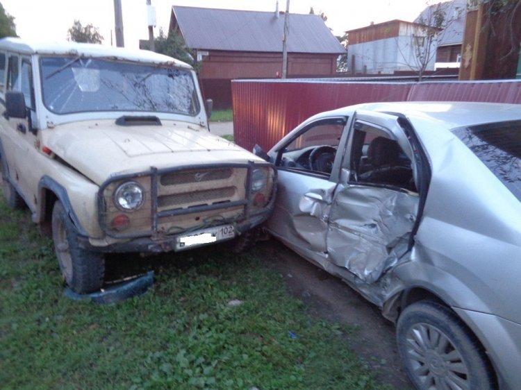 ДТП в Уфе:  «Рено Логан» от столкновения с «УАЗ» отбросило на забор