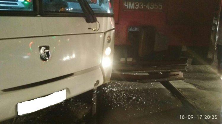 В Уфе на железнодорожных путях столкнулись тепловоз и автобус «Нефаз»