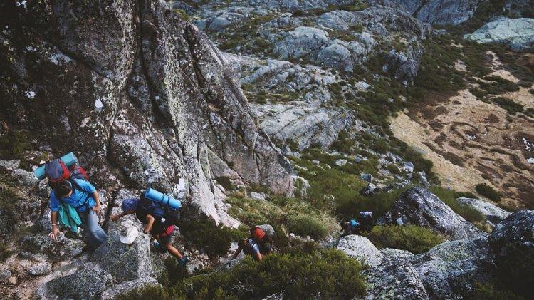 В Башкирии двое туристов сорвались со скалы на горном хребте
