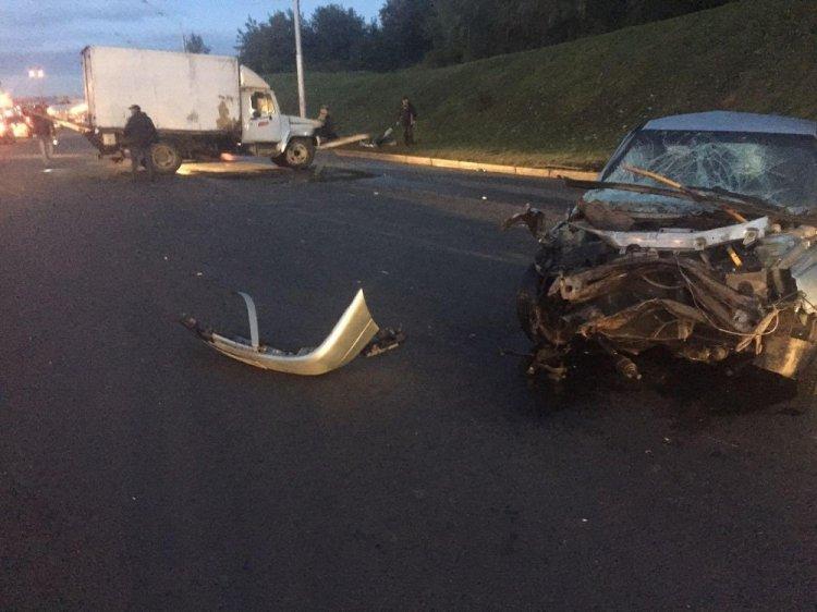 В Уфе пьяный водитель «ВАЗ-21120» врезался в «Луидор» и опрокинул его