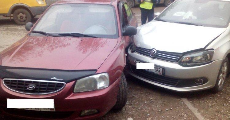 В Уфе Hyundai Accent неудачно развернулся и врезался в Volkswagen Polo, есть пострадавшие