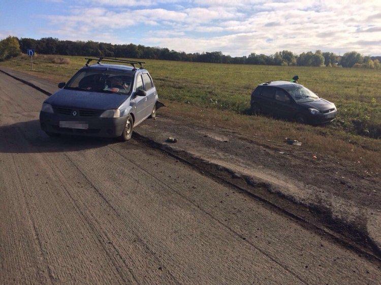 В Башкирии пьяный водитель Ford Fiesta врезался в припаркованный Renault Logan, есть пострадавшие