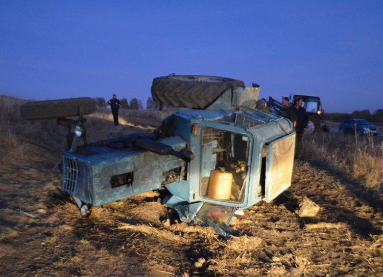 В Башкирии опрокинулся трактор, водитель погиб