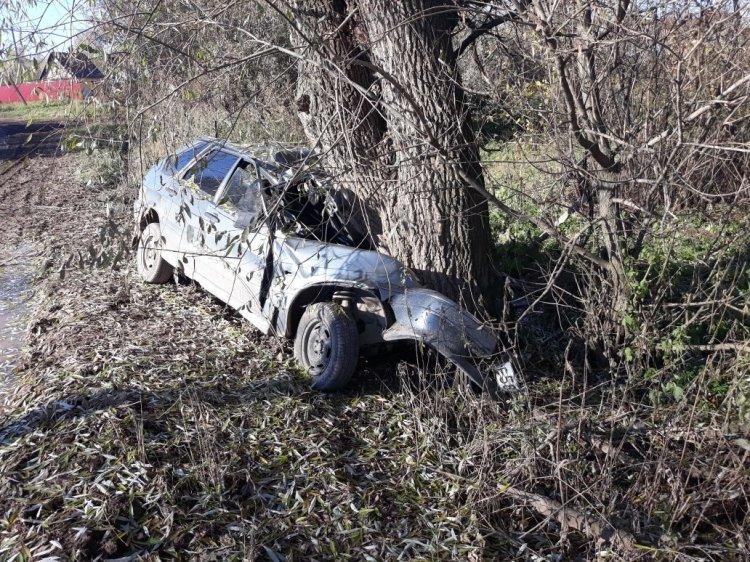В Башкирии автомобиль врезался в дерево: два человека погибли