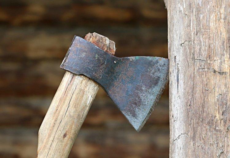 В Башкирии ревнивый мужчина проломил жене голову топором