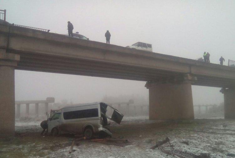 В Башкирии микроавтобус с пассажирами упал с моста высотой в 9 метров
