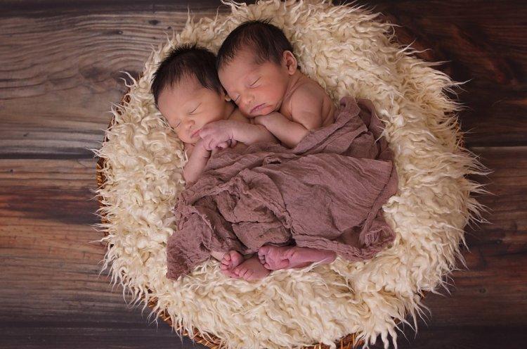 Близнецы в утробе «обманули смерть» с помощью объятий