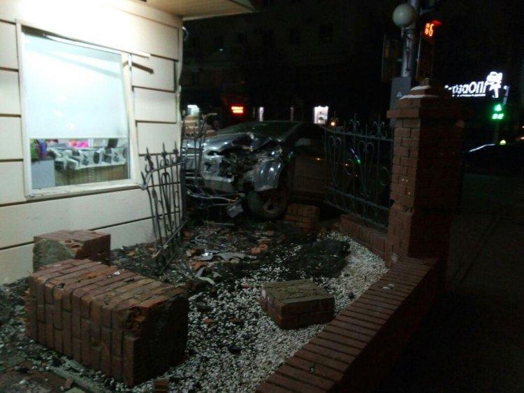 В Уфе пьяный водитель взял на таран цветочный павильон