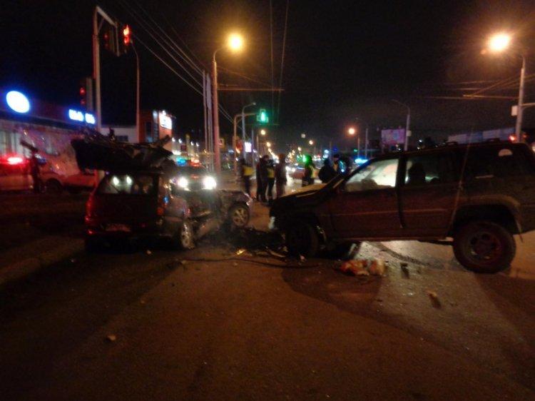 В Уфе столкнулись Jeep Grand Cheroke и Mitsubishi Lancer: погибла молодая женщина