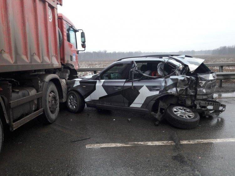 В Уфе грузовик врезался в стоящий на трассе BMW