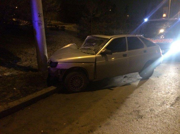 Неопытный водитель ВАЗа врезался в столб в Уфе