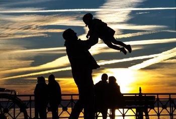 Психологи выяснили, почему младших детей любят больше старших