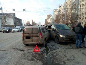 В Уфе Mercedes-Benz Vito протаранил Lada Largus, есть пострадавший