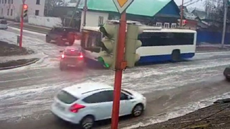 В Стерлитамаке легковушку протаранил троллейбус, пассажир пролетел по всему салону