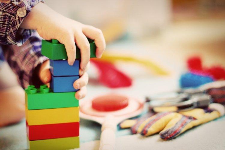 Ученые выяснили, как большое количество игрушек влияет на мозг детей