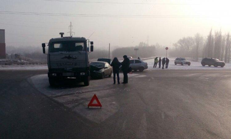 В Стерлитамаке КамАЗ не уступил дорогу иномарке, есть пострадавшие
