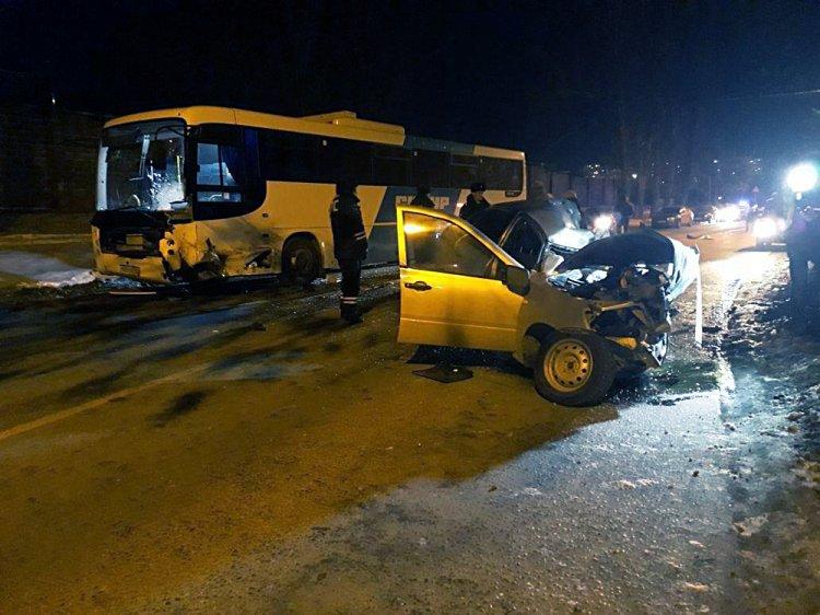 Смертельное ДТП в Уфе: «Лада Гранта» врезалась в автобус
