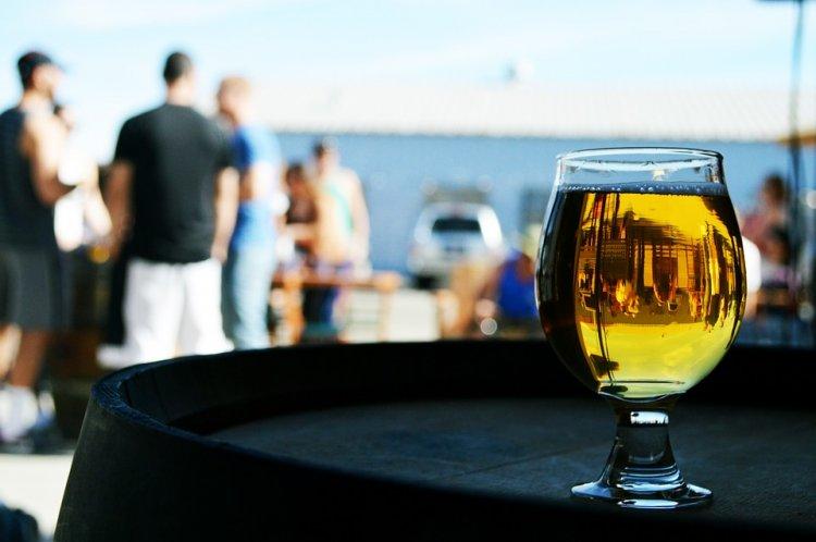 Ученые выяснили, как выпившие мужчины воспринимают женщин