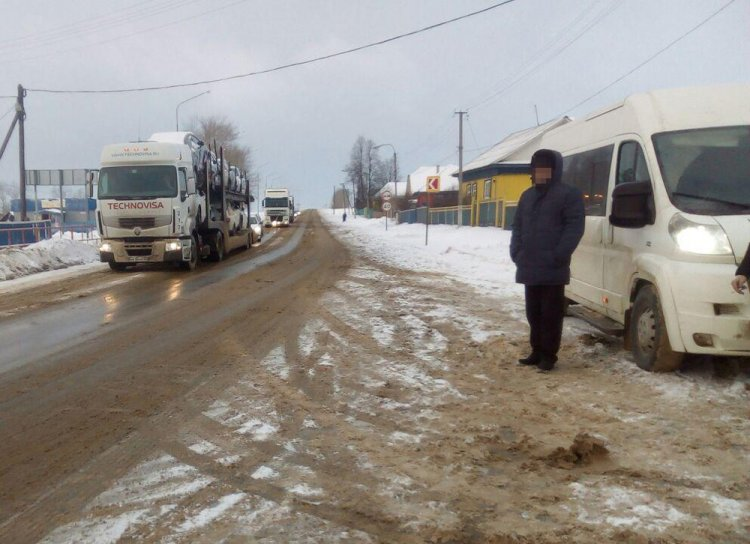 В Башкирии грузовик протаранил микроавтобус, пострадала девушка