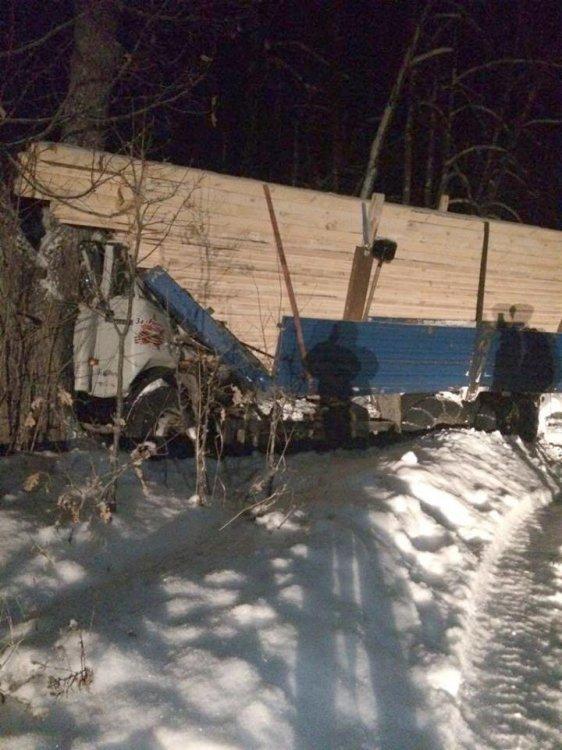ДТП в Башкирии: водителя «КамАЗа» раздавило грузом после столкновения с деревом