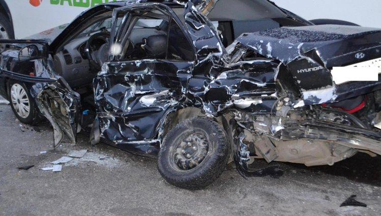 ДТП в Уфе: спасатели деблокировали зажатого в автомобиле мужчину