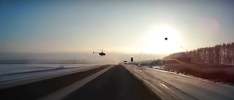 На трассе в Башкирии вертолет едва не столкнулся с потоком машин