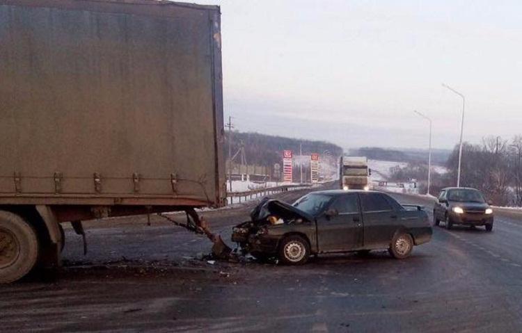 ДТП в Башкирии: грузовик не уступил дорогу легковому автомобилю