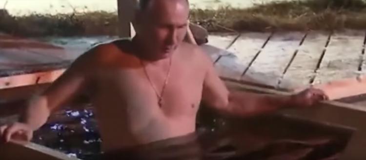 Путин на Крещение окунулся в прорубь на Селигере