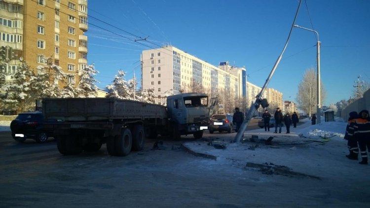 В Уфе «КамАЗ» врезался в электроопору