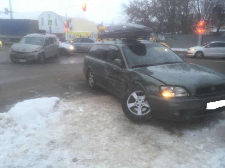 Пять человек пострадали при столкновении Subaru Legacy и LADA Largus в Уфе