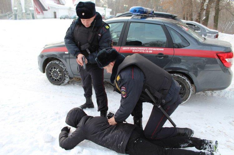 В Уфе сотрудники Росгвардии задержали мужчину, напавшего на знакомого с топором