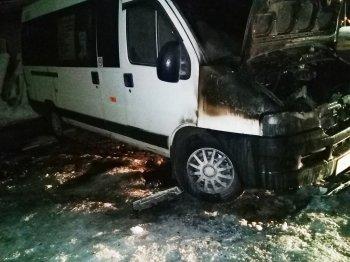 В Уфе пожарные ликвидировали огонь на загоревшемся микроавтобусе