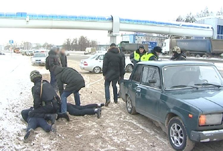 В Башкирии задержали двух мужчин, которые продавали оружие прямо на трассе