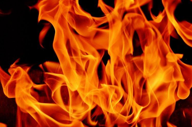 На севере Уфы сгорел склад мебели