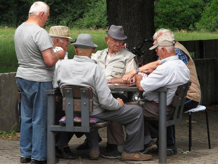 В 2018 году возраст для назначения пенсии госслужащим составляет  61 год для мужчин и 56 лет для женщин