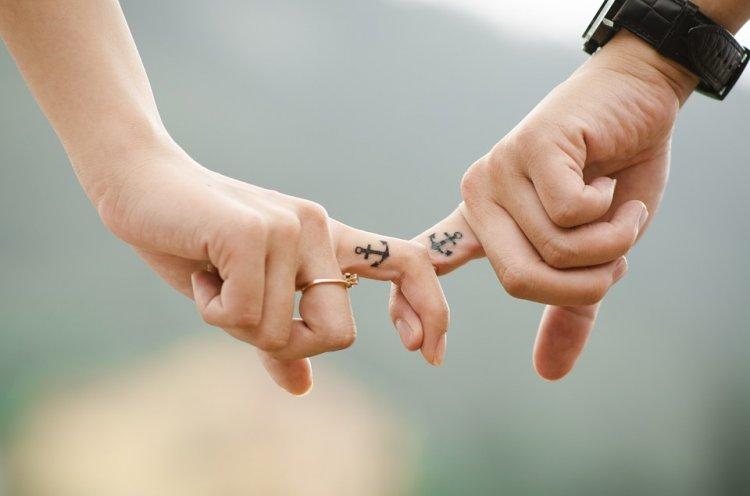 Ученые объяснили, почему влюбленным важно держаться за руки