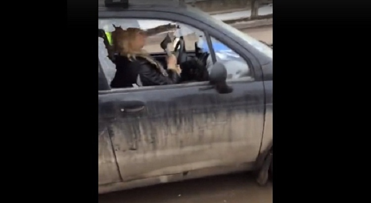 ВБашкирии женщина изрубила автомобиль тесаком наглазах служащих ГИБДД
