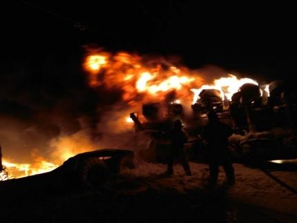 На трассе в Башкирии опрокинулся и загорелся бензовоз «Freightliner»