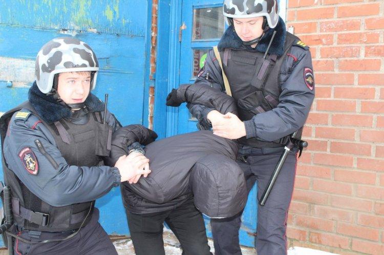 В Башкирии сотрудники Росгвардии задержали мужчину в балаклаве, пытавшегося с пистолетом ограбить магазин