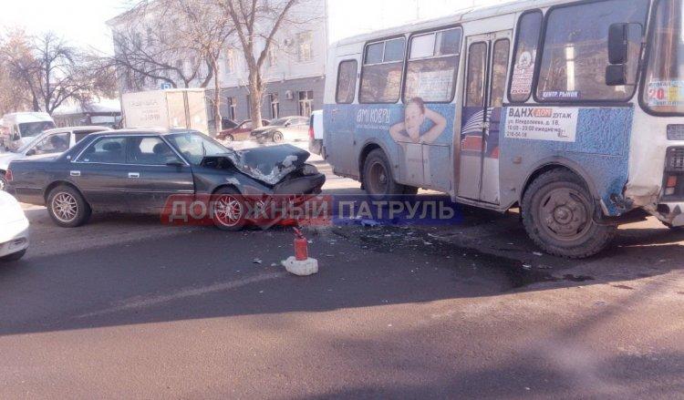 В Уфе легковушка въехала в пассажирский автобус: есть пострадавшие